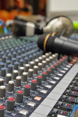 Come scegliere le parole giuste da dire al microfono? Riscopriamo un libro fondamentale