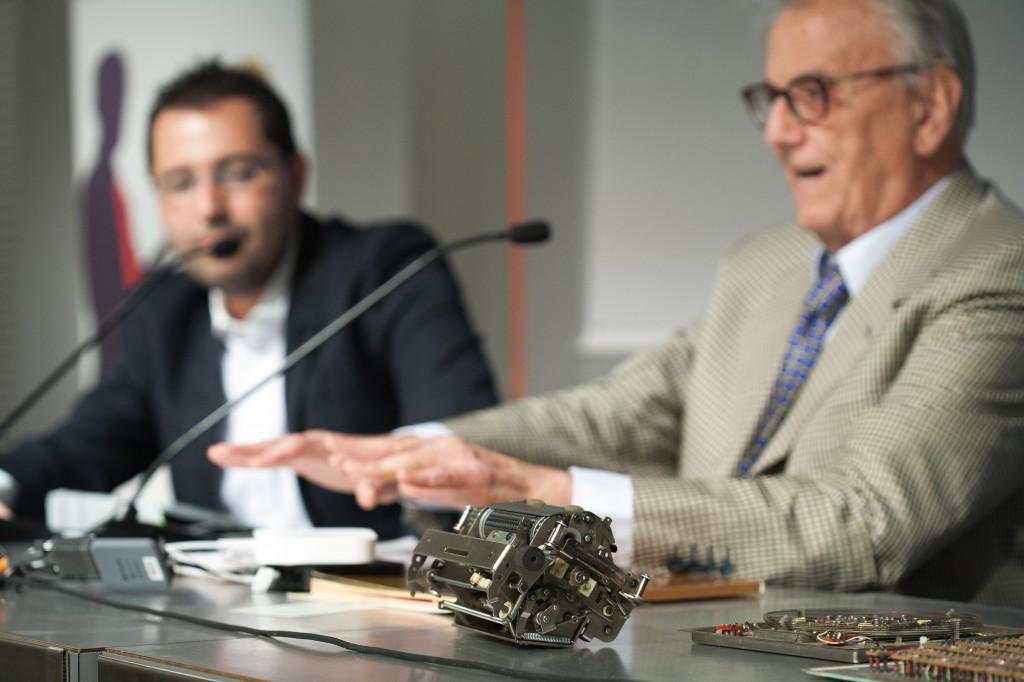 La stampante della mitica Olivetti Programma 101 e, sullo sfondo, Patrick Facciolo e Giovanni De Sandre