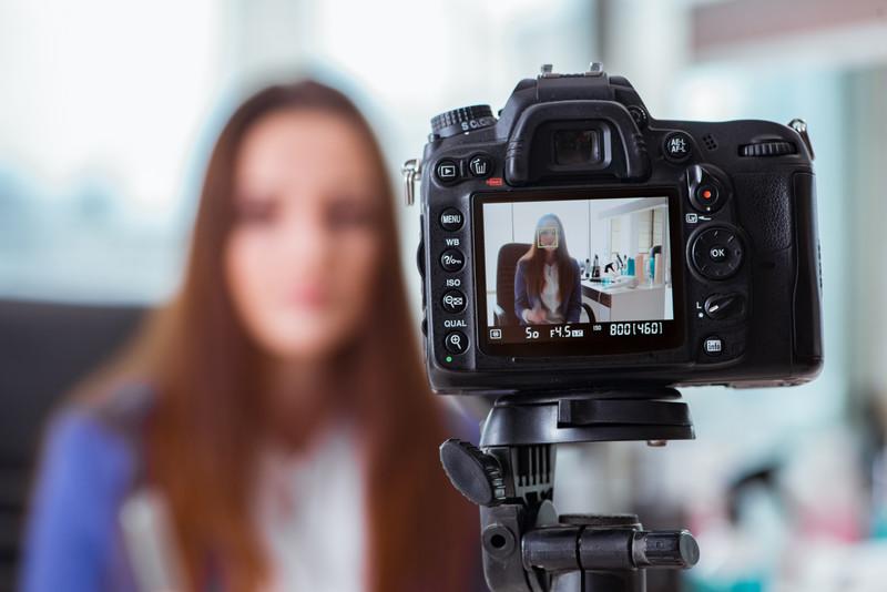 Come parlare davanti alla telecamera e fare video per il web