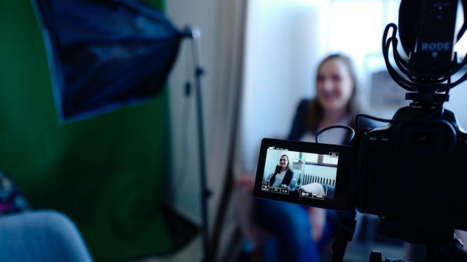 Come presentare un ospite durante una video intervista